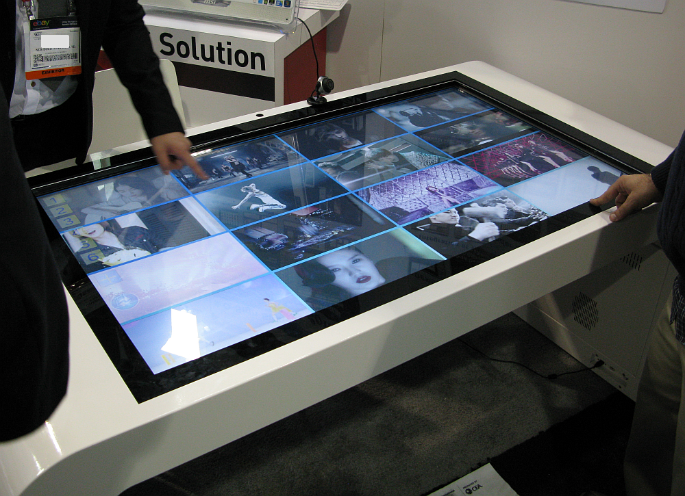 Zoom_Digital_Signage_Multi_Touch_Table
